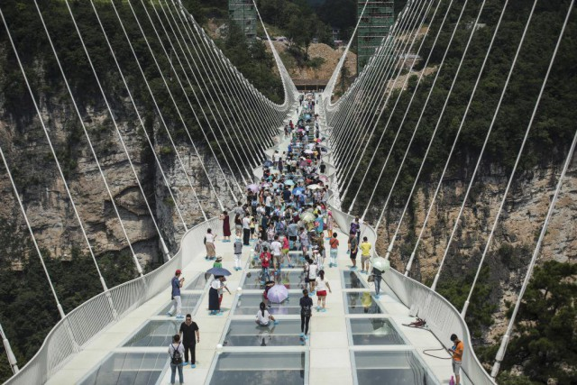 The world's highest and longest glass-bottomed bridge is... (PHOTO FRED DUFOUR, AFP)