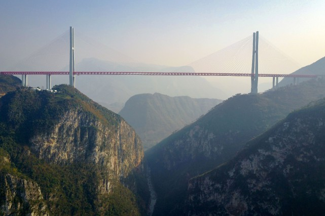 Le pont Beipanjiang, long de 1341 mètres, culmine à... (PHOTO STR / AFP)