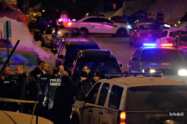 Des policiers à l'extérieur duCentre culturel islamique de... (PHOTO PASCAL RATTHÉ, LE SOLEIL)