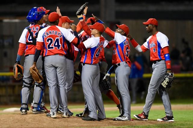 Equipo Cuba celebra triunfo