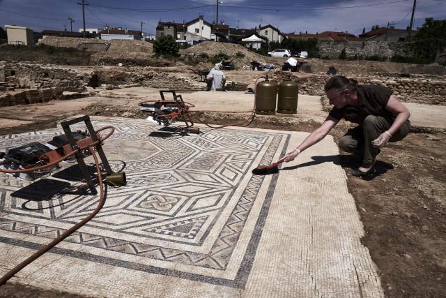 Des archéologues ont découvert de luxueuses demeures et... (PHOTO JEAN-PHILIPPE KSIAZEK, AFP)