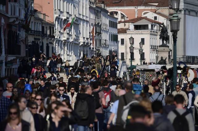 Les touristes sont légion à Venise.... (Photo MIGUEL MEDINA, AP)