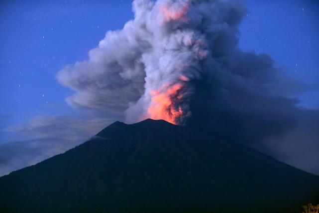 Le Mont Agung, à Bali, qui vient d'entrer... (PHOTO AFP)