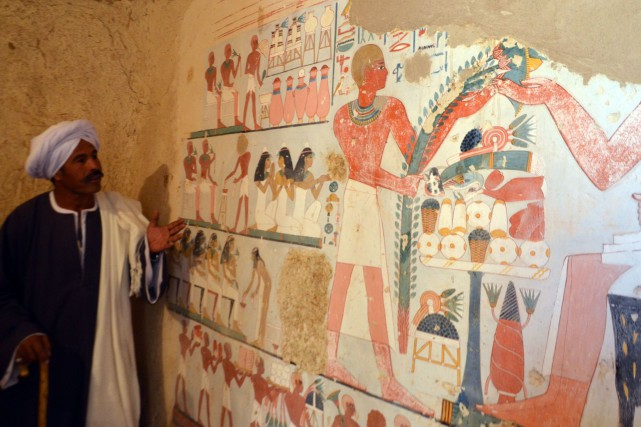 Les inscriptions et les dessins sur les murs... (Photo AFP)
