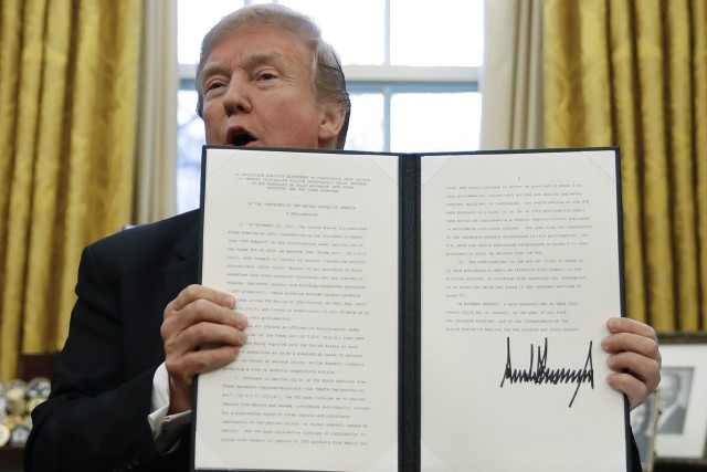 Donald Trump motre aux journalistes sa signature sur... (PHOTO AP)