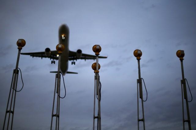 La probabilité d'être contaminé par un passager malade en avion est très élevée... (ARCHIVES REUTERS)