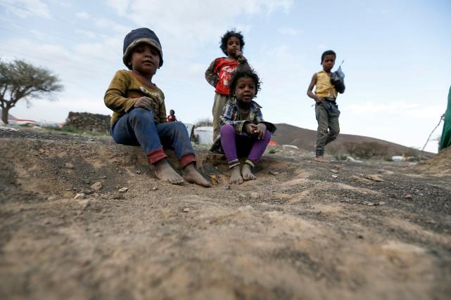 Des jeunes enfants yéménites dans un camp de... (PHOTO Mohammed HUWAIS, ARCHIVES AFP)