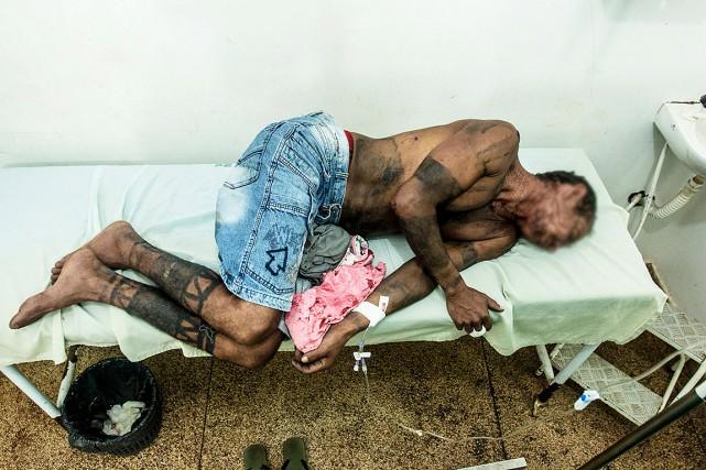 Au Brésil, des fermiers armés de machettes et... (Ana MENDES, CIMI VIA AFP)