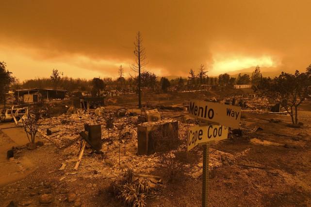 Des bâtiments réduits en cendres par le feu... (Photo Noah Berger, Associated press)