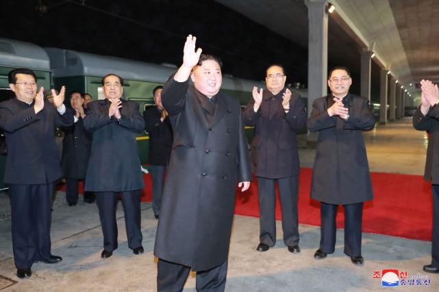 Kim Jong-un avant son embarquement dans un train... (PHOTO AGENCE KCNA/REUTERS)