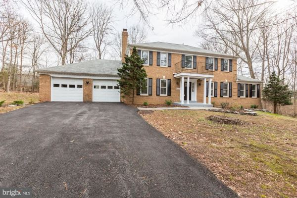 Photo of 929 CUP LEAF HOLLY CT, GREAT FALLS, VA 22066 (MLS # VAFX1103686)