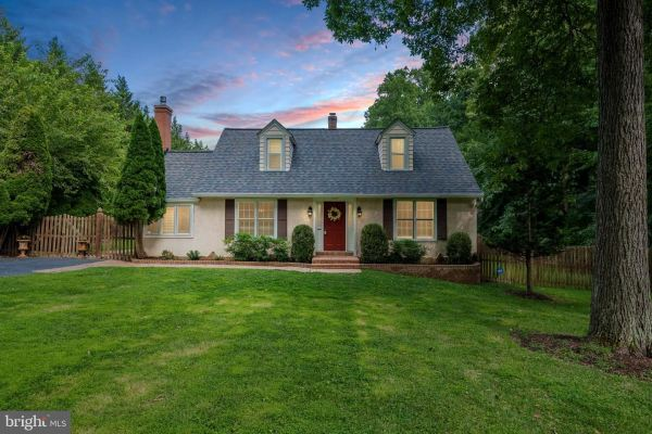 Photo of 1007 EVONSHIRE LN, GREAT FALLS, VA 22066 (MLS # VAFX1142746)