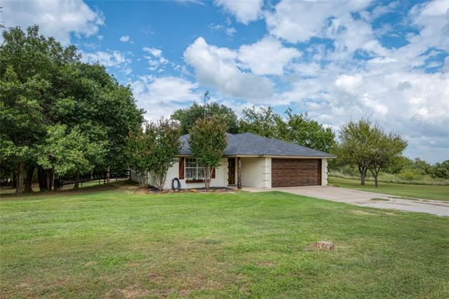 Photo for 986 Eagles Way, Springtown, TX 76082 (MLS # 14417211)