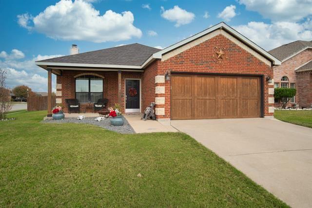 Photo for 2001 Ridgeview Court, Sanger, TX 76266 (MLS # 14475577)