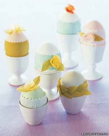 Lieldienu olas dekorētas ar kreppapīra ziediņiem un lapiņām