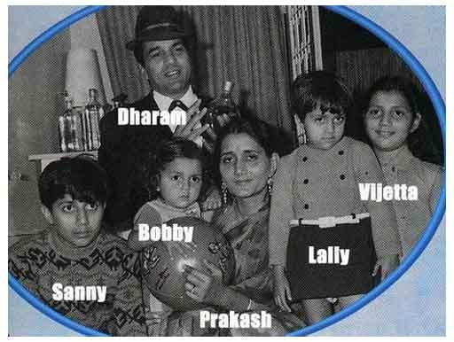 Dharmendra Deol Poses With His Family