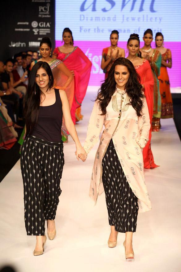 Neha Dhupia Showstopper at Gitanjali Group With Nishka Lulla at IIJW 2012