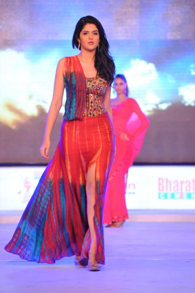Deeksha Seth Walks At South Spin Fashion Awards 2012