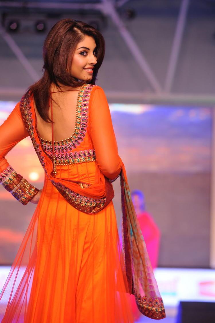 Richa Gangopadhyay Walks At South Spin Fashion Awards 2012