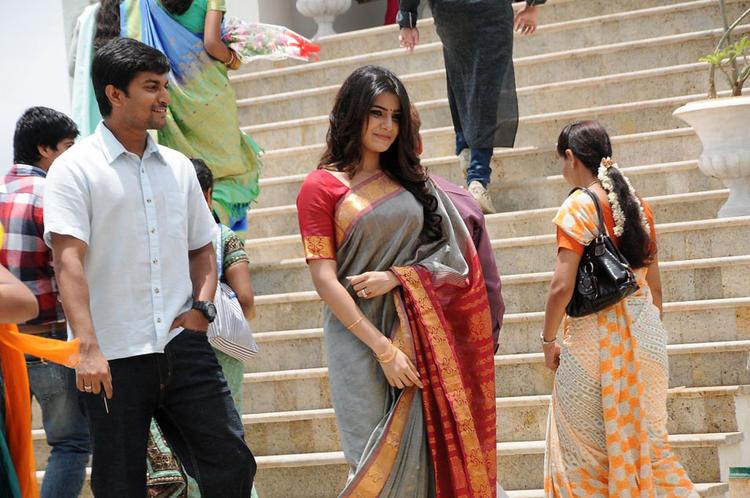 Naveen And Samantha Cute Photo From Yeto Vellipoyindi Manasu Movie