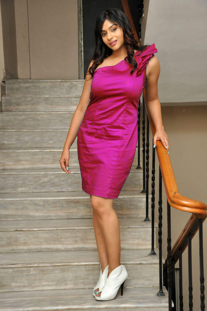 Lakshmi Nair Sexy Pose Photo Shoot In Sleeveless Dress