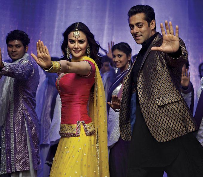 Preity And Salman Dancing Kudiye Di Kurti Song From Ishkq In Paris