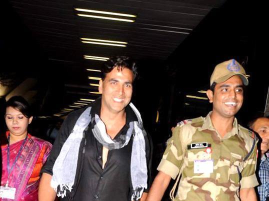 Akshay Nice Look With Cute Smiling Still At The Mumbai International Airport