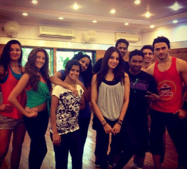Bipasha And Her Friends Posed For Camera At Gym During Trial Session