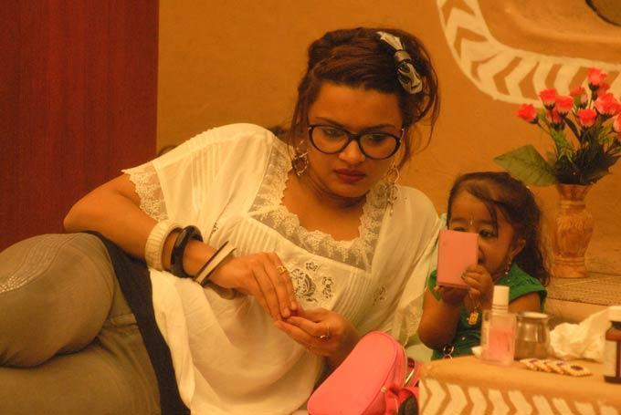Aashka And Jyoti Photo Clicked In Bigg Boss 6 Village House