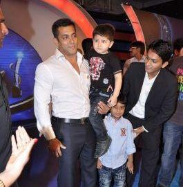 Salman Khan Posed With Kids At IBN 7 Super Idols Award Ceremony