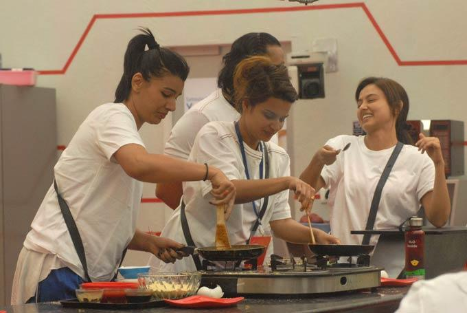 Mink,Sana,Aashka And Santosh Photo Clicked In Kitchen On Day 57 In Bigg Boss 6