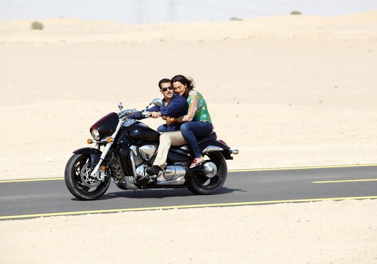 Salman And Sonakshi Hug Still From Dabangg 2 Movie