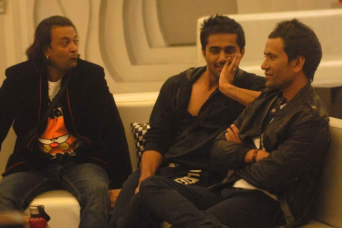Santosh,Vishal And Dinesh Photo Clicked In Bigg Boss 6 Modern House