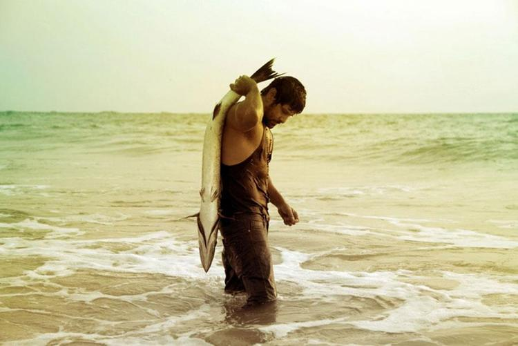 Vikram With A Bigg Fish In Sea Beach Photo From Movie David