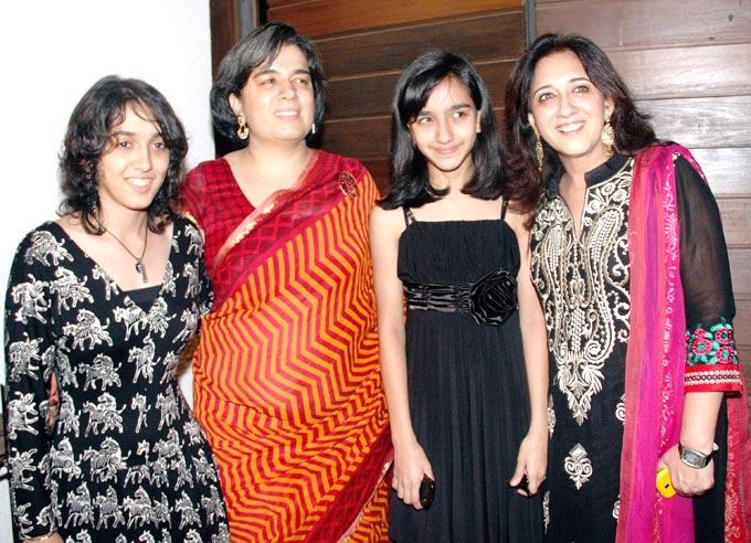 Aamirs Ex-Wife Reena With Her Daughters And Imrans Mother Nuzhat At Housewarming Party