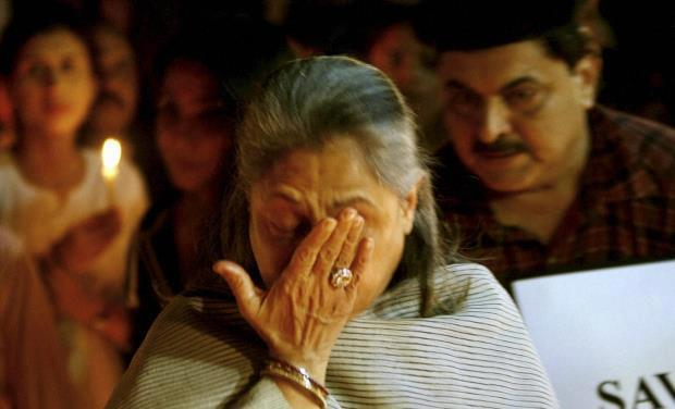 Jaya Crying Photo Clicked During Candle Light Rally To Pay Tribute To The Gang Rape Victim