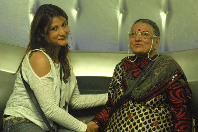 Urvashi With Her Mother Posed For Photo In The Bigg Boss House 6