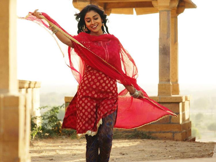 Shriya Saran In Salwar Suit Romancing Pic