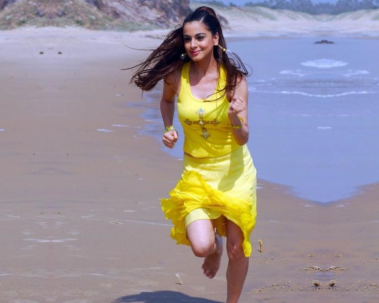Shraddha Arya Running Still On Beach