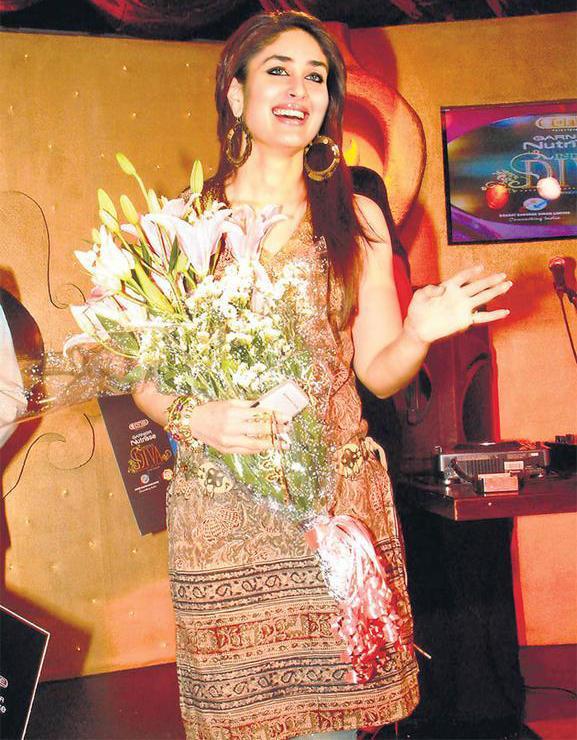 Gorgeous Babe Kareena Kapoor Smiling Photo With Bouquet