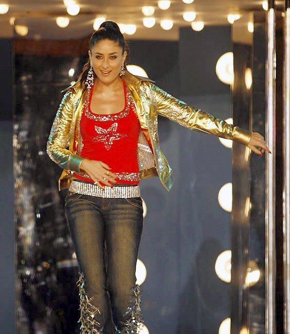 Kareena Kapoor Sexy Performance On The Stage