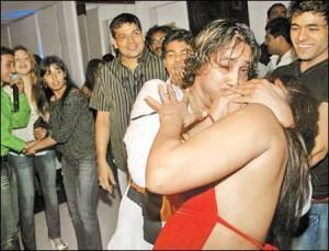 Rakhi and Mika Lips Kiss Pic