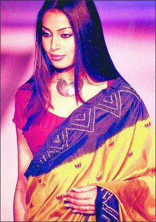 Bipasha Basu Sizzling Still In Saree