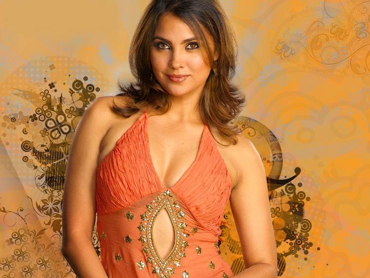 Lara Dutta Sweet Romancing Face Look Wallpaper