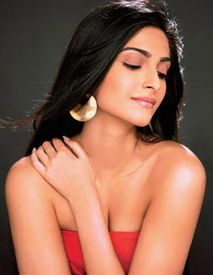 Sonam Kapoor Latest Romancing Hot Pic