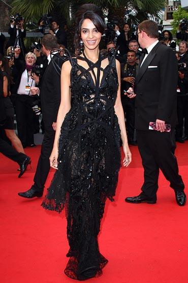 Mallika Sherawat Amazing Dress Pic On Red Carpet