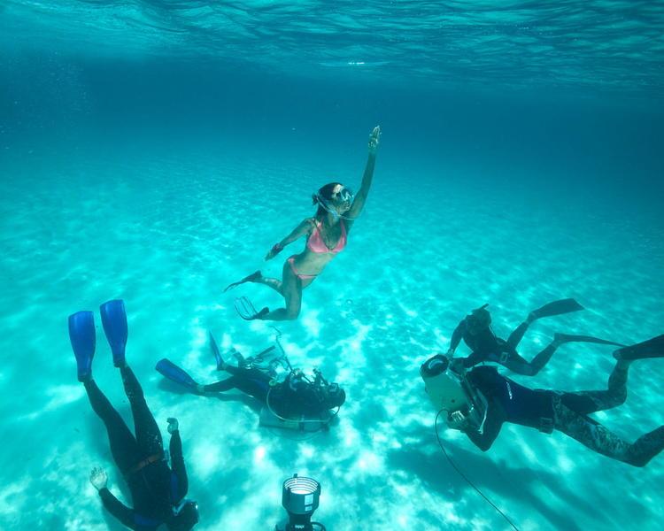 Lara Dutta Latest Swimmimh Pic In Blue Movie