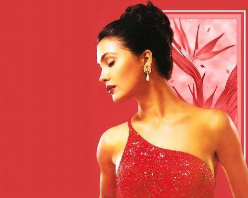 Lara Dutta Romancing Face Wallpaper