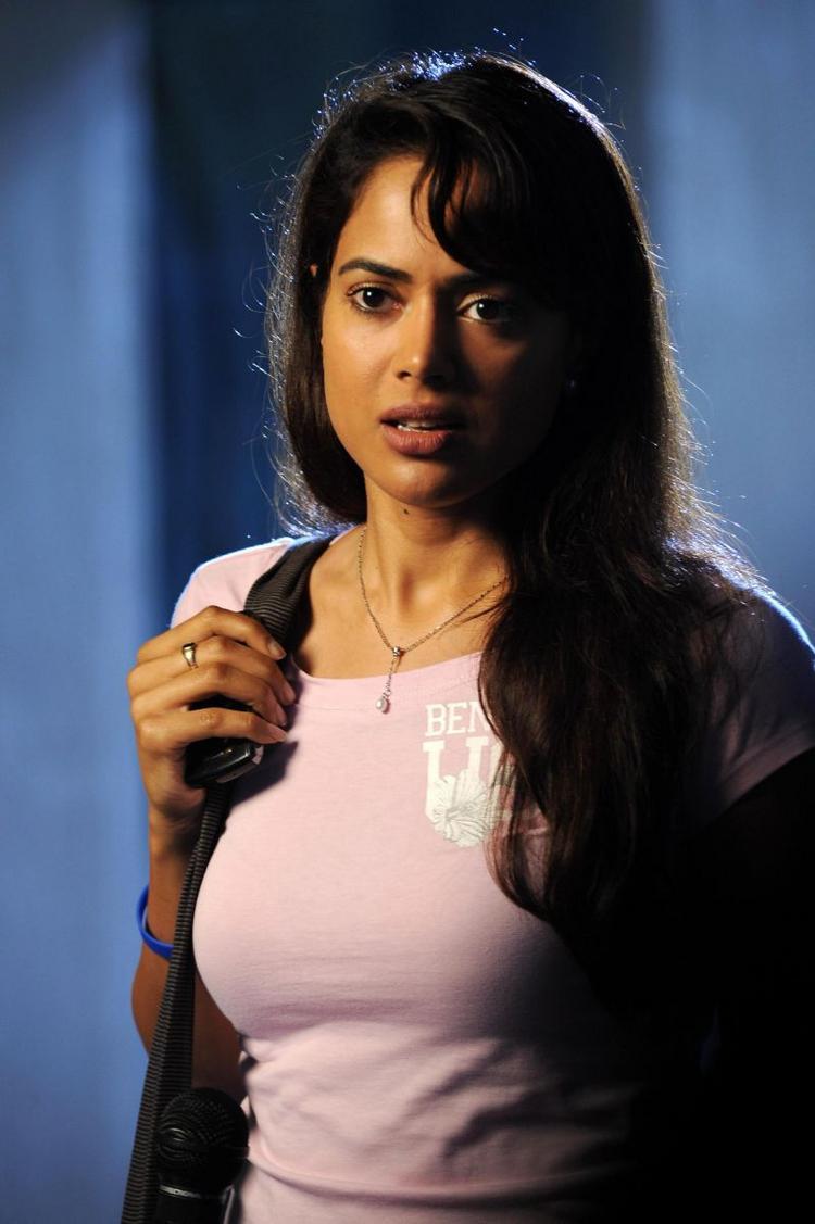 Sameera Reddy In Nadunisi Naaygal