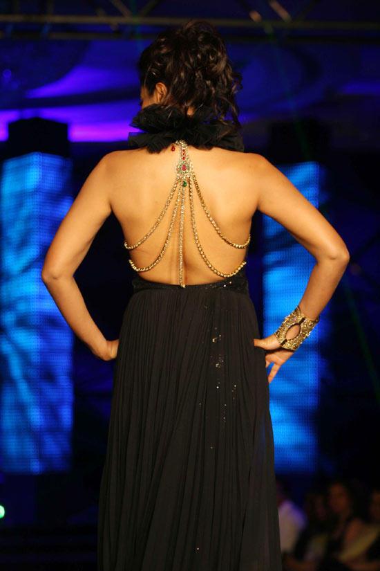 Sameera Reddy Sexy Bare Back Pics